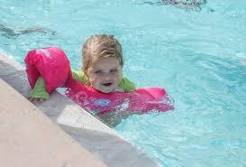 bambina nuoto